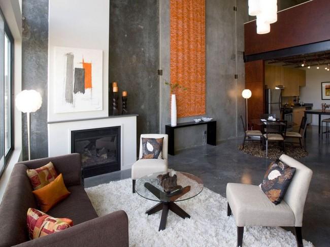 Грубое оформления стен и пола в квартире стиля лофт в сочетании с фактурным текстилем, высокими напольными светильниками, современной лаконичной мебелью и элементами декора
