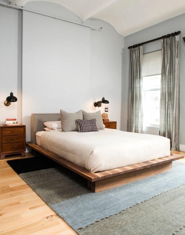 Светлая спальня в стиле лофт с симметрично размещенными настенными светильниками с функциональной особенностью