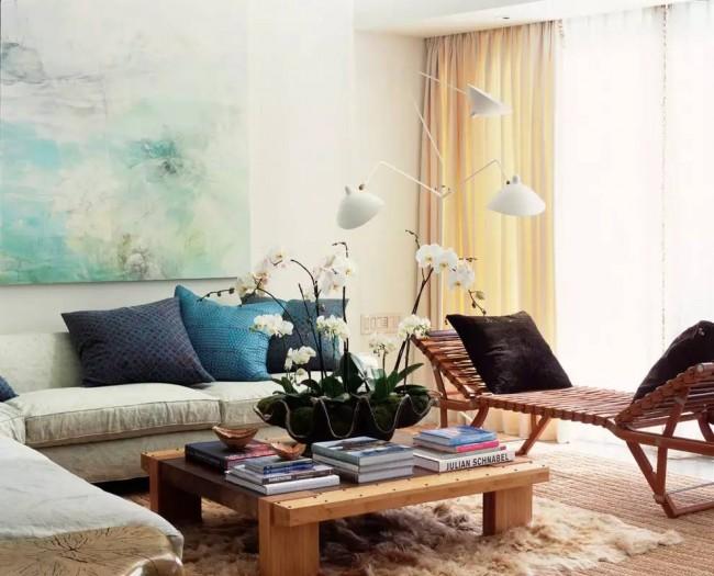 Сочетание цветов в отделке дивана может быть довольно разнообразным, однако, дизайнеры советуют не выходить за рамки 2-3 основных оттенков