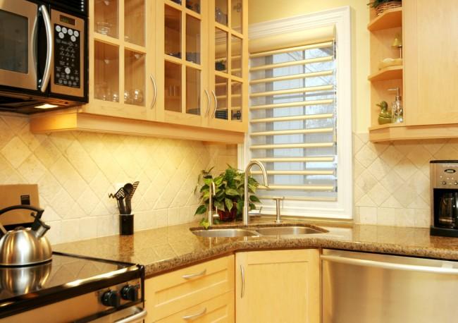 Совершенный и динамичный вид интерьеру вашей кухни придаст угловая раковина