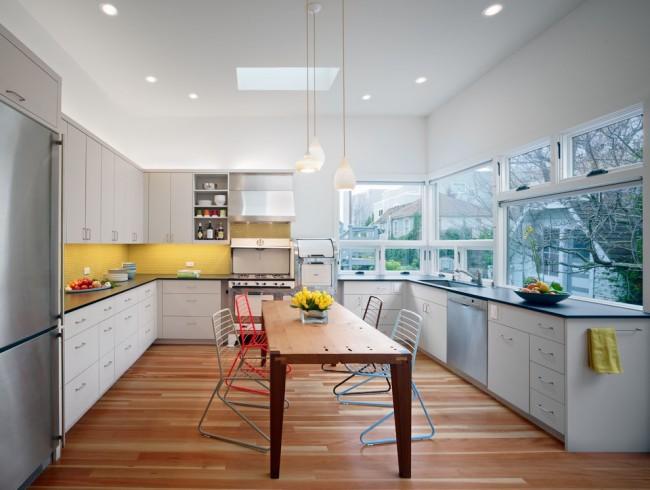 Рациональное использование пространства вашей кухни позволит не только сделать помещение более уютным, а еще и разместить в углу вместительные секции для хранения или разнообразную кухонную технику