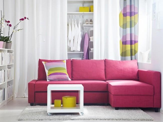 Розовый диван в интерьере гостиной будет выглядеть очень интересно, ярко и необычно