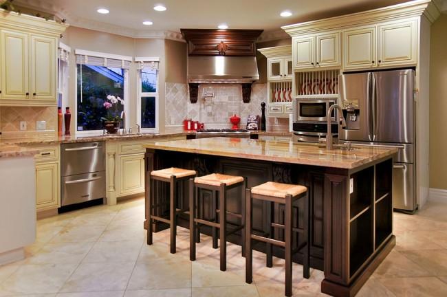 Угловой гарнитур станет практичным решением организации пространства для вашей кухни