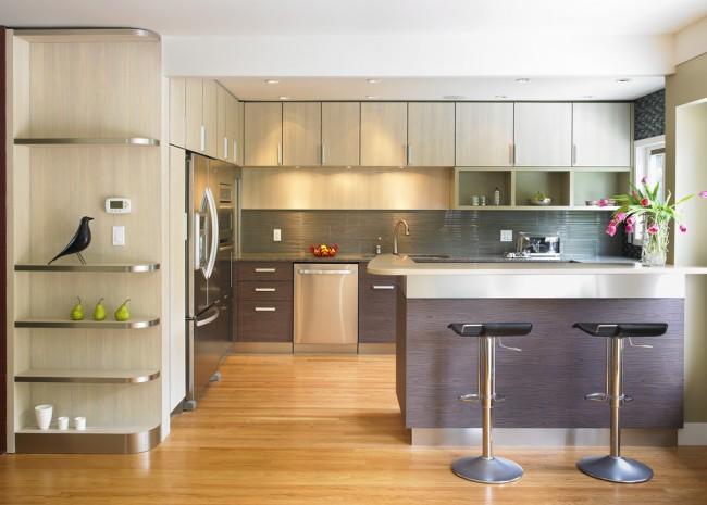 Угловые кухонные гарнитуры позволяют на минимальной площади поместить максимальное количество полезной мебели