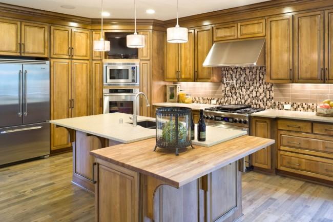 Угловой кухонный гарнитур может иметь не только вытянутую форму, но и квадратную, что позволяет очень компактно расставить мебель даже в самых небольших помещениях
