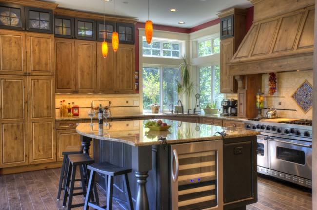 Отличным дизайнерским решением будет декорирование кухни с помощью дерева, это может быть как мебель, так и предметы декора