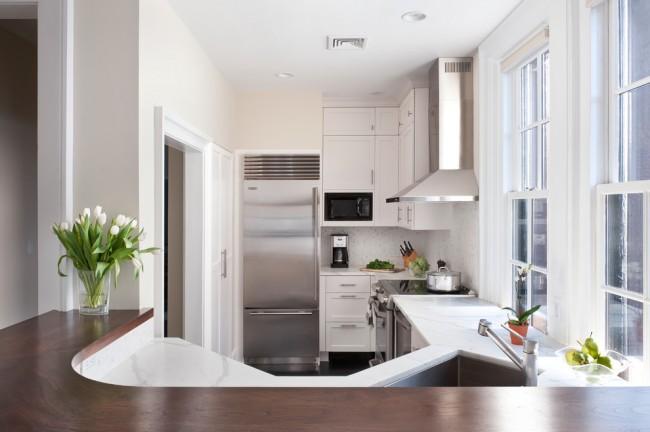 Маленький угловой кухонный гарнитур в светлых оттенках, визуально не утяжелит пространство, а сделает его уютным