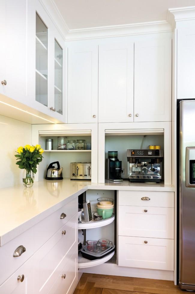 Интерьер угловой кухни классического стиля предусматривает наличие места для встраиваемой техники