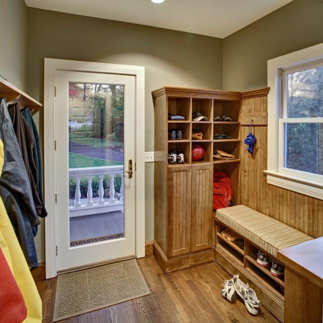 Также для хранения обуви вы можете использовать пространство под местом для обувания