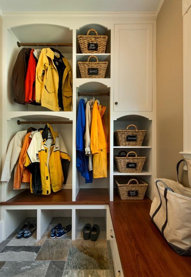 Практичный мебельный гарнитур со множеством разнообразных функциональных отделов в небольшой прихожей