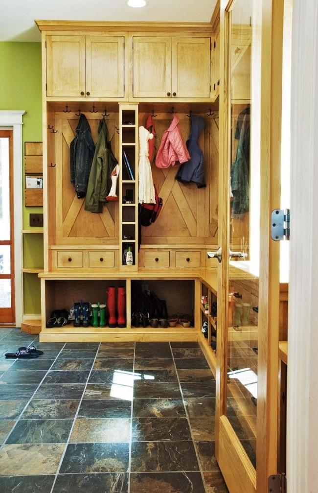 Свежая прихожая со вместительным угловым шкафом, что экономит пространство комнаты