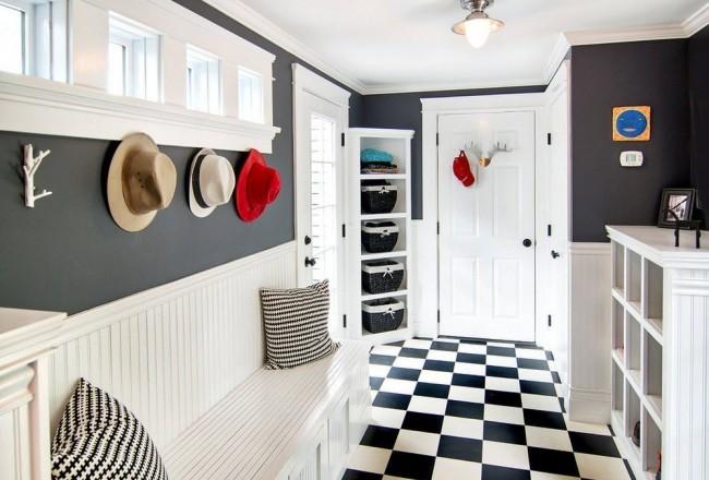 Узкая прихожая с большим количеством разнообразных шкафов и полок с выдвижными плетеными ящиками