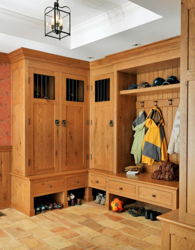 Очень прочный угловой шкаф из массива в прихожей максимально функционален и вместителен
