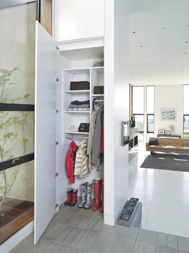 Маленькая прихожая с большим зеркалом на двери шкафа-купе, что визуально увеличивает пространство