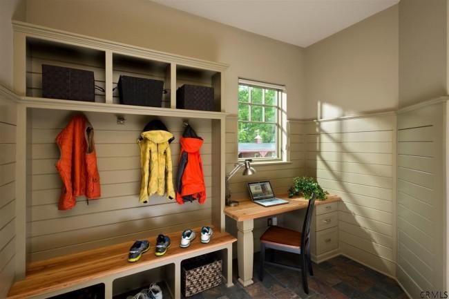 При правильной организации пространства и подборе компактной мебели вы сможете организовать даже в маленьком коридоре небольшое рабочее место