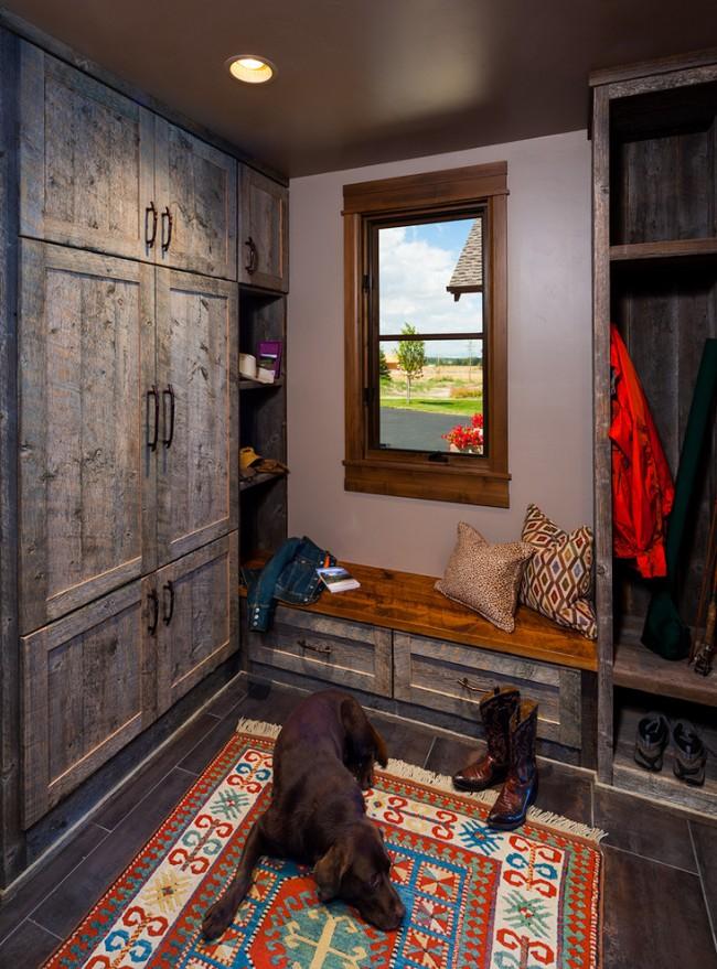 Очень уютная прихожая в стиле рустика со шкафами из натурального древесного массива