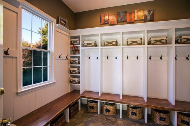 Вместительный угловой шкаф в прихожей для большой семьи