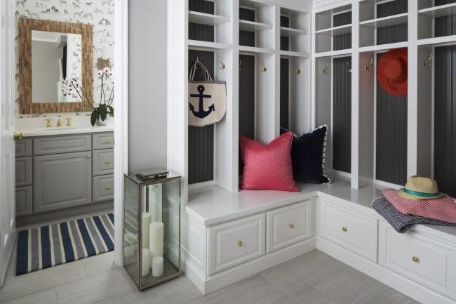 Уютная светлая прихожая с аккуратным угловым шкафом, что придает легкости комнате