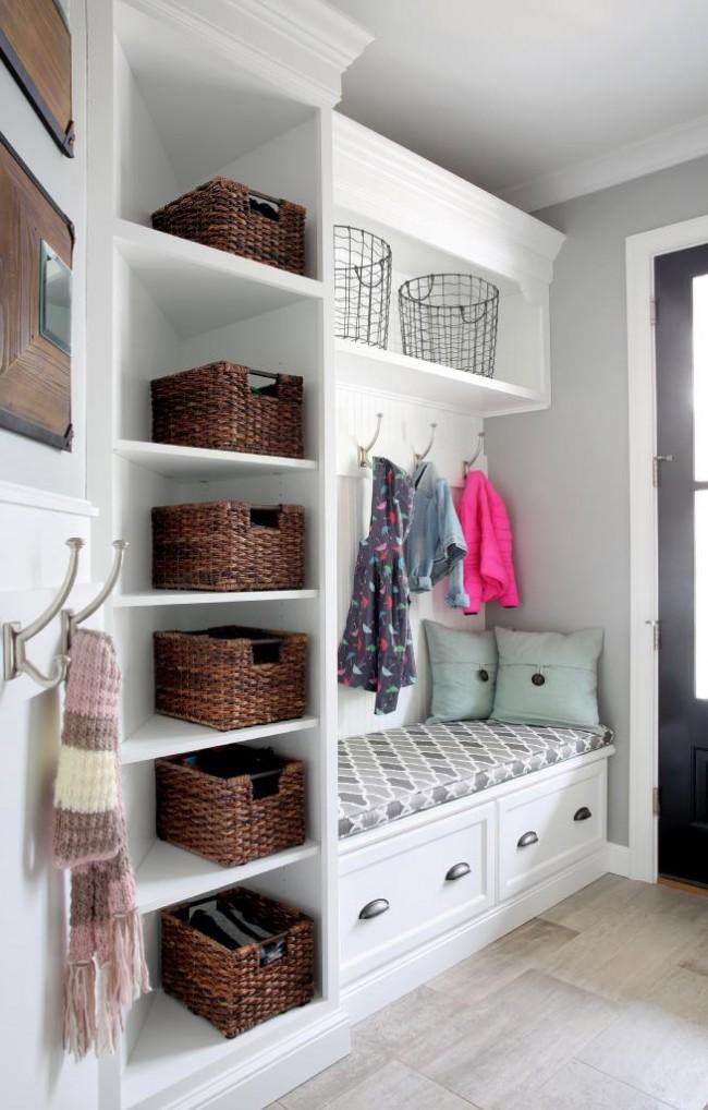 Светлый угловой шкаф с комфортным местом для обувания в прихожей