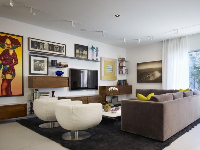 Модульная стенка в просторной гостиной с яркими желтыми акцентами в инерьере