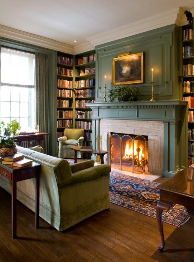 Угловая книжная полка в уютной гостиной в теплых зеленых оттенках