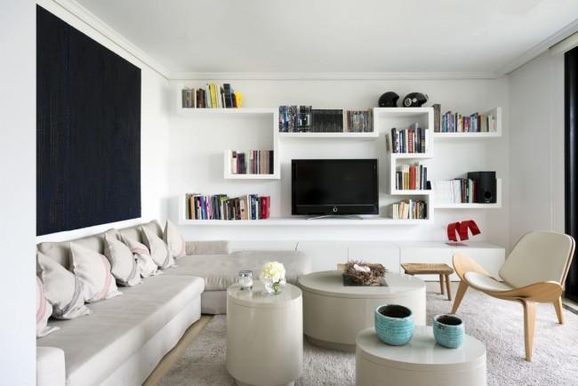 Необычная модульная стенка, поддерживающая общее настроение всей гостиной