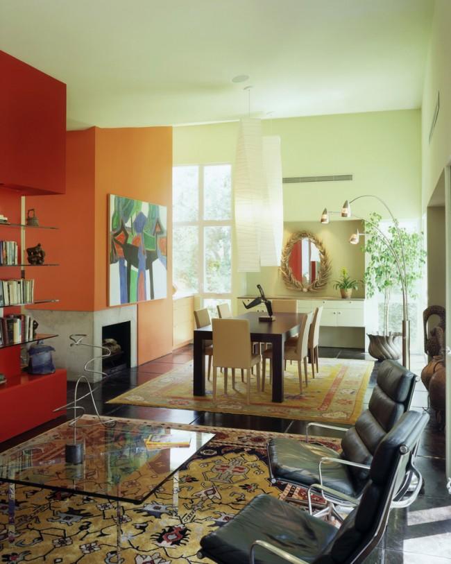 Яркая гостиная с креативным решением для угловой стенки, а стеклянные полки и столик в свою очередь придают интерьеру легкости