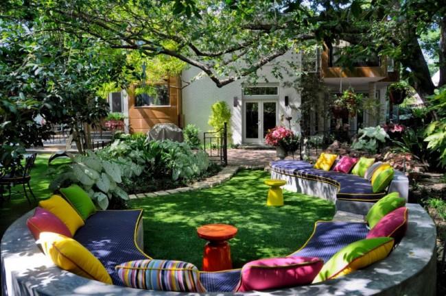 Очень уютный сад с невероятно яркой зоной отдыха для большой компании