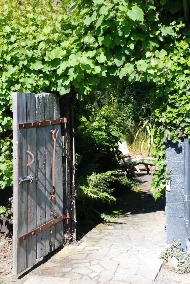 Не спешите менять старые ворота на новые, ведь сделанные из натурального дерева старые ворота могут выглядеть эффектнее при должной зачистке