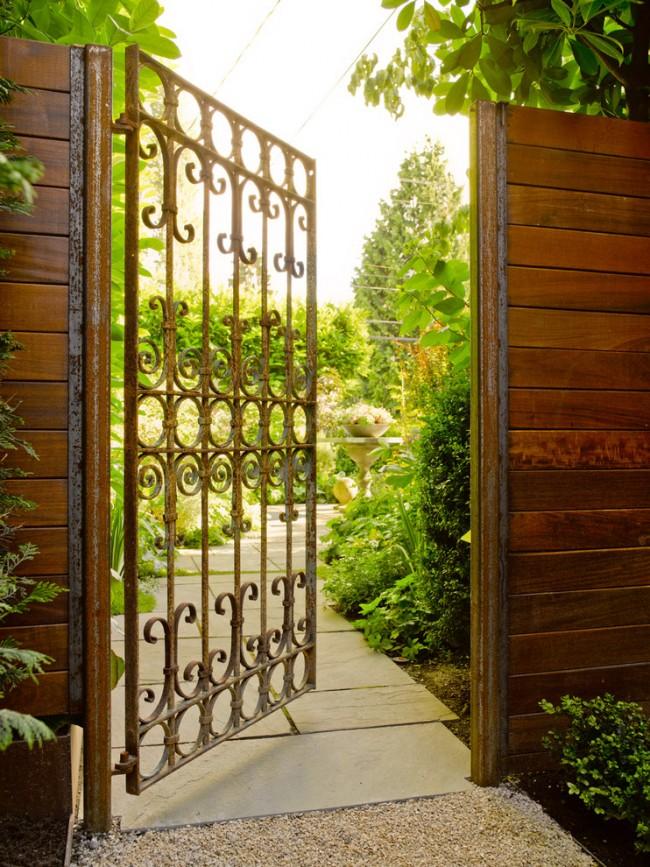 Легкие и очень воздушные кованые ворота у входа в сад создают приветливое настроение для гостей