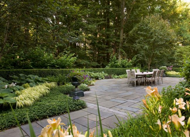Думая о том, как обустроить сад, не забудьте о том,что многоуровневые растения способны оживить ландшафт участка и скрасить неровности