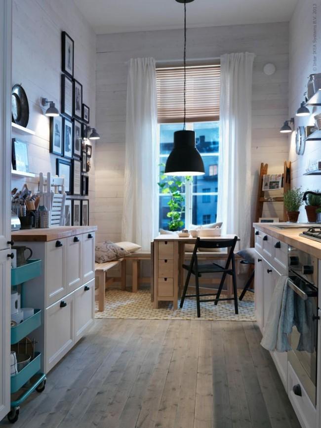 Не бойтесь экспериментировать и пробовать разные варианты оформления окон на кухне, совместив легкий тюль и горизонтальные жалюзи также можно получить очень интересный результат