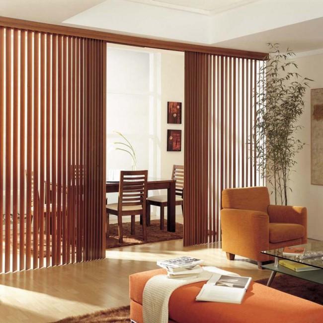 Также вертикальные жалюзи можно использовать и для зонирования пространства, к примеру, обеденной зоны кухни и гостиной в небольших квартирах