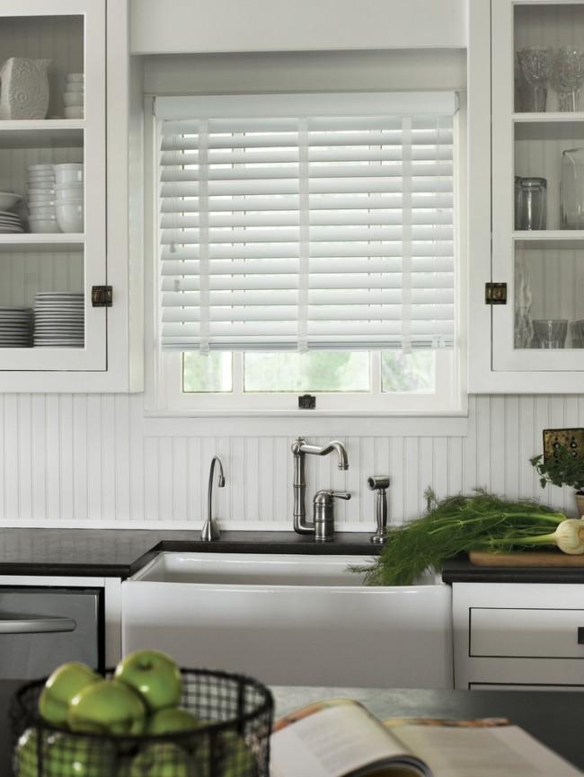 Выбирая белые пластиковые жалюзи на кухню, вы можете быть уверены, что они будут аккуратно и органично выглядеть практически в любом интерьере