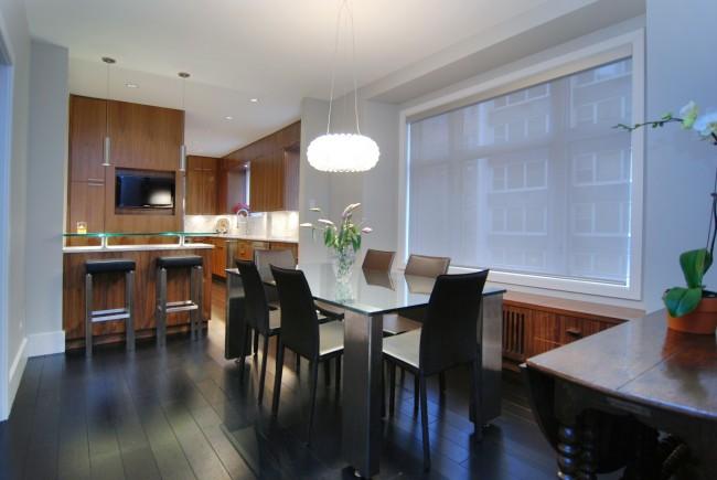 Необычные рулонные жалюзи из легкого материала почти незаметны в интерьере просторной кухни-студии