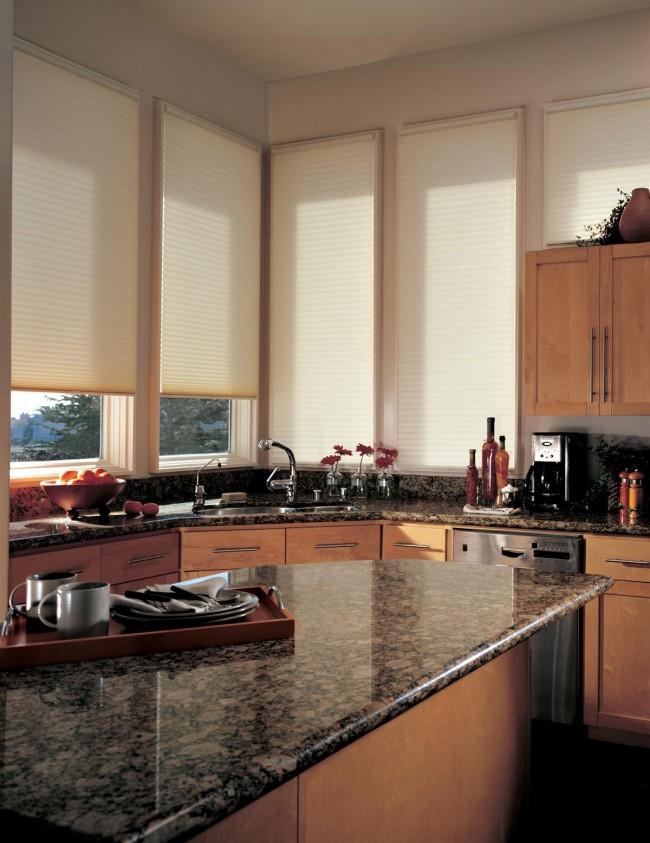 Привычные всем нам горизонтальные жалюзи в светлых тонах создают уютную атмосферу на кухне