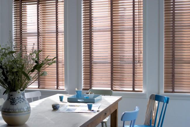 Деревянные жалюзи на кухню лучше выбирать для обеденной зоны, чтобы избежать контакта с газовой плитой
