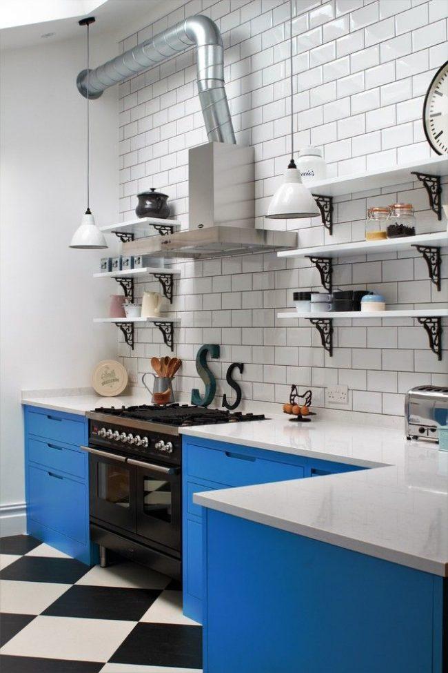 Контрастная бело-голубая кухня с открытыми полками