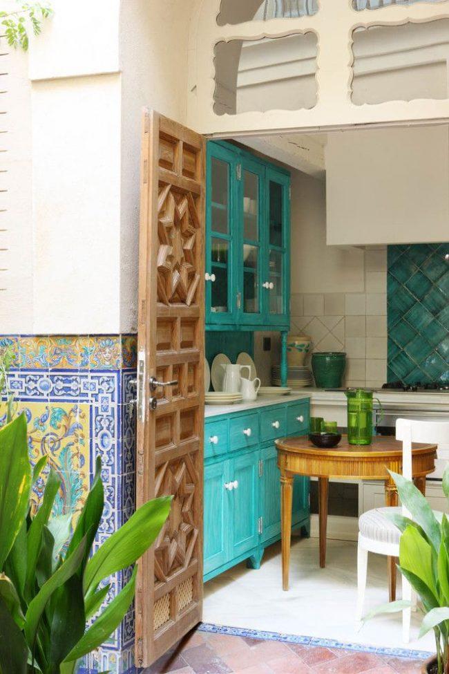 Средиземноморский стиль в оформлении кухни с мебелью цвета бирюзы