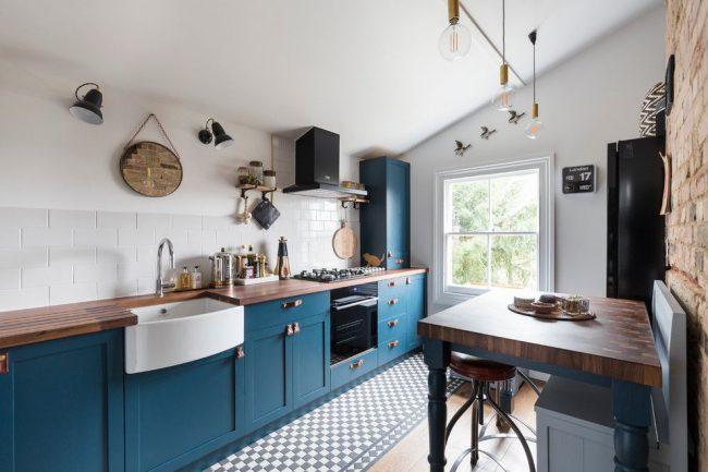 Бело-голубая кухня с линейной планировкой