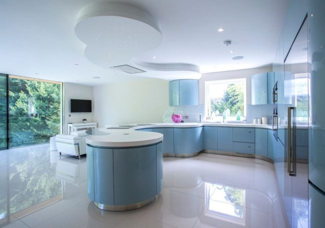 Просторная современная кухня с голубой мебелью