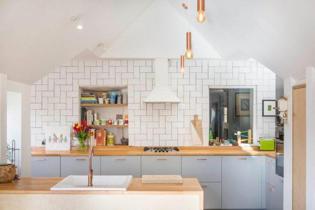 Эклектичная кухня в бело-голубом цвете