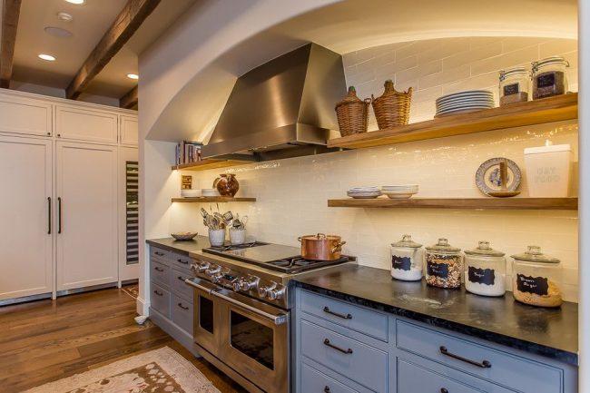 Средиземноморская кухня с голубой мебелью и белыми глянцевыми стенами