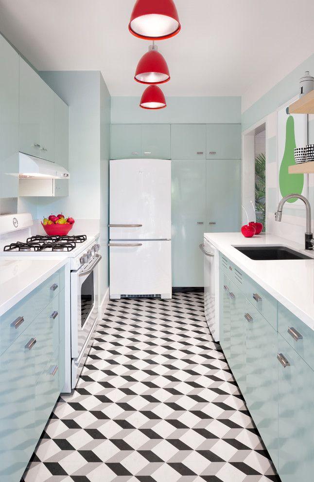 Бело-голубая кухня в пастельных тонах с ярко-красными плафонами