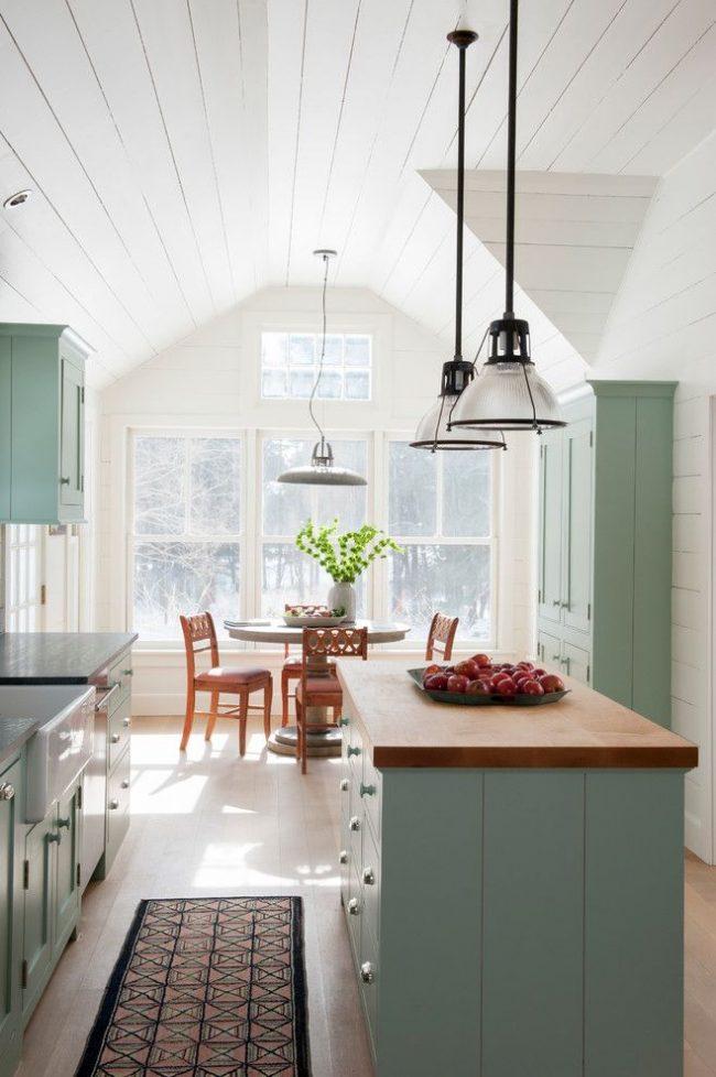 Бело-голубая кухня с островом в стиле кантри