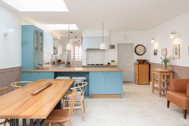 Светлая кухня-студия с голубой мебелью