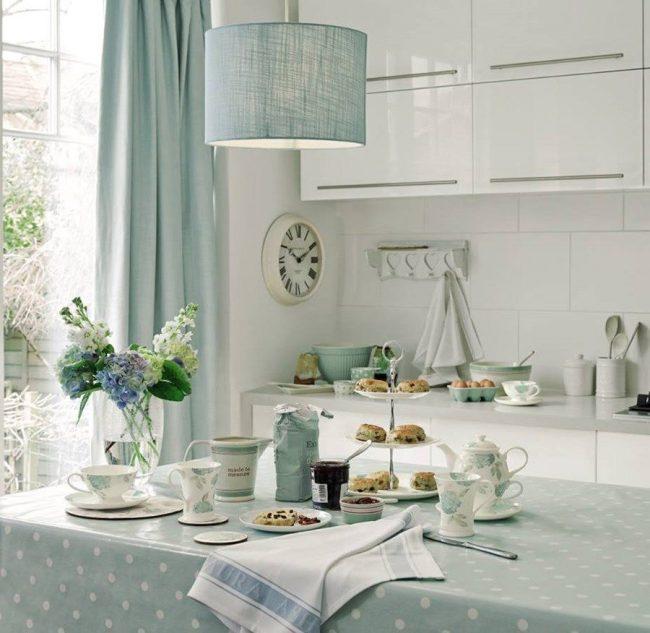 Аксессуары из текстиля нежно-голубого цвета будут хорошо смотреться на кухне в прованском стиле