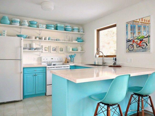 Яркая голубая посуда в тон мебели на кухне в эклектичном стиле