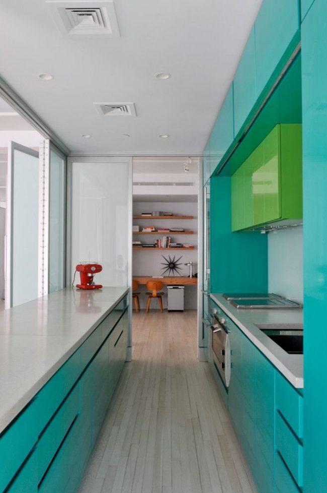 Параллельное расположение мебели на кухне в современном стиле