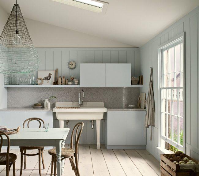 Необычный абажур из сетки на бело-голубой кухне в пляжном стиле